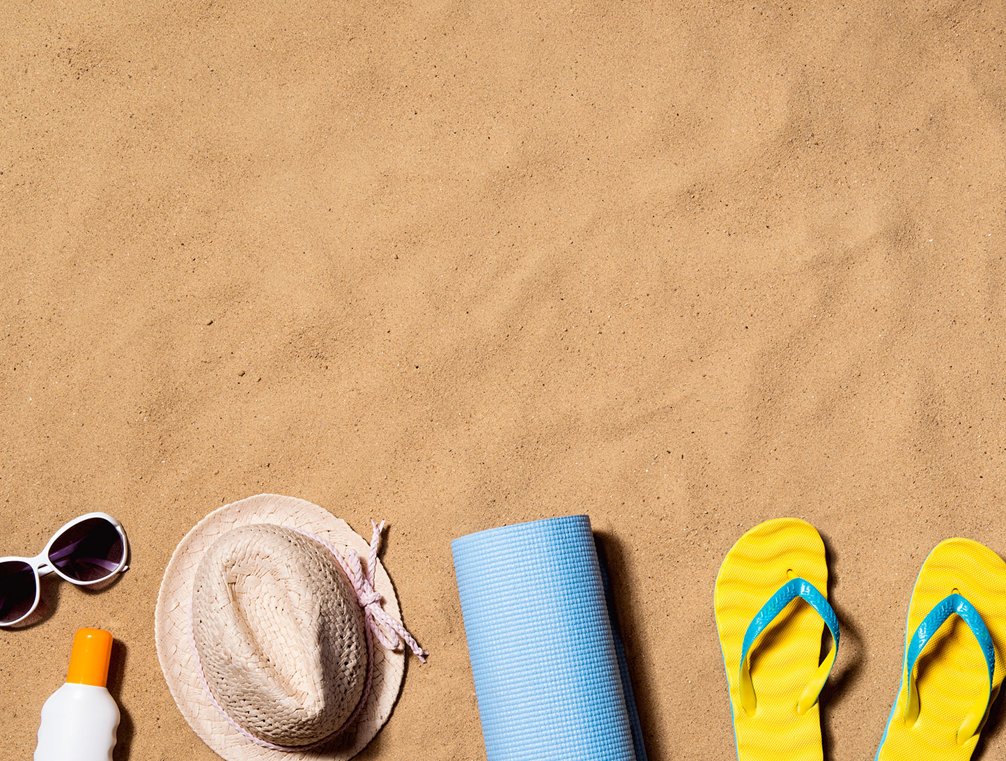 summer-vacation-composition-flip-flops-hat-and-P2DUTH3
