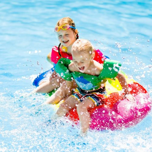 enfants-dans-piscine-istock-911074028